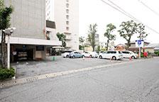 ホテル駐車場側の入口へ到着となります。