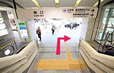 エスカレーター(階段)を下りて右手方向にお進みください。