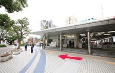 道なりに進むと養老鉄道大垣駅が見えてまります。横断歩道を渡らずに、道なりにお進みください。