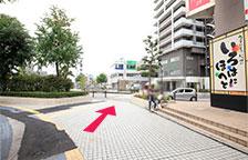 カラオケ店奥の横断歩道を渡ります。