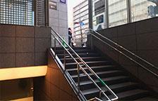 地上に出ると左が心斎橋筋商店街、右が御堂筋となります。