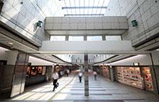 天井がガラスの地下街を進みます。(約3〜4分)