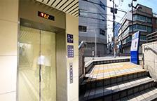 エレベーターまたは階段で地上に向かいます。